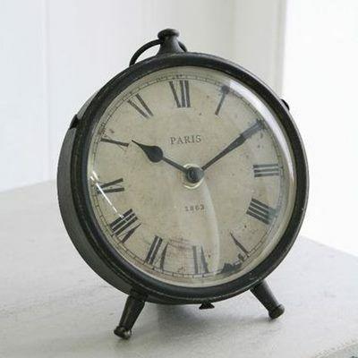 丸いアンティーク風の置時計