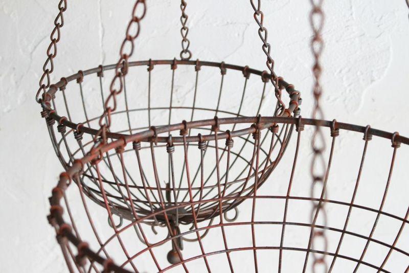 錆のあるアイアンのガーデンバスケット