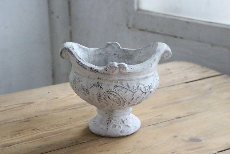 かわいいアンティーク調の陶器の鉢植え