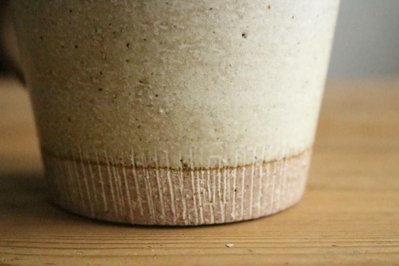 美濃焼きのマグカップ白削り装飾