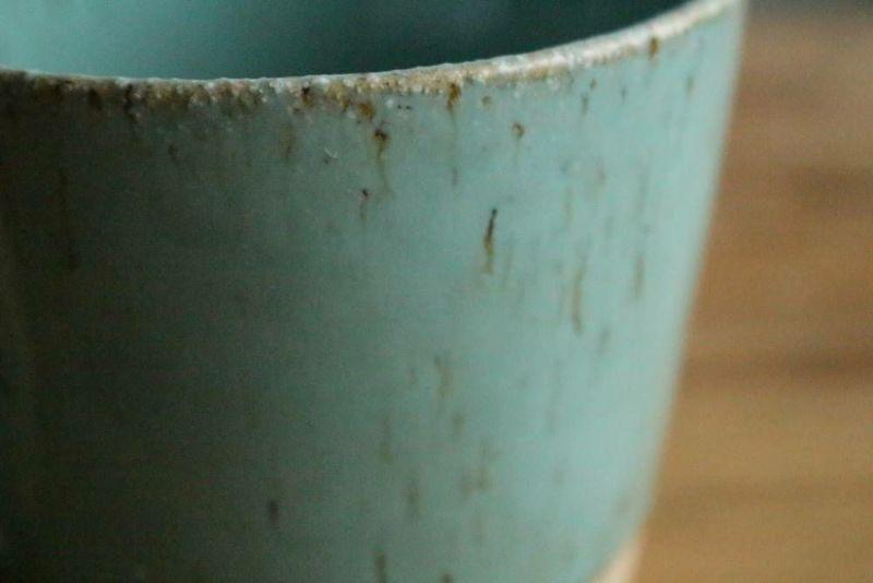 美濃焼きのマグカップ青風合い
