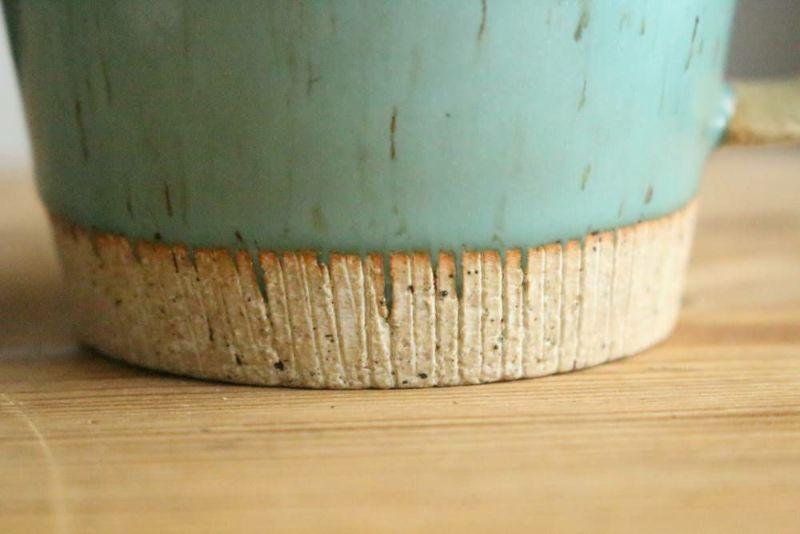 美濃焼きのマグカップ青削り装飾