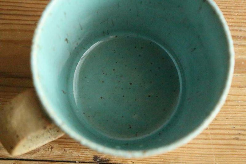 美濃焼きのマグカップ青底面