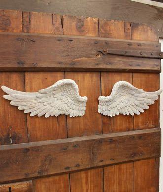 翼をモチーフにしたユニークなウォールデコ