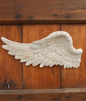 """翼をモチーフにしたユニークな壁面装飾"""""""