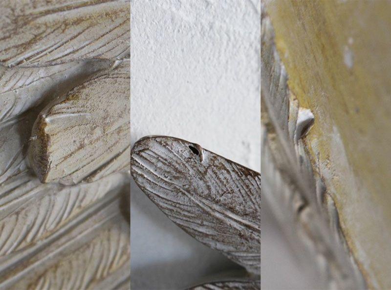 左右対になった翼の壁面装飾