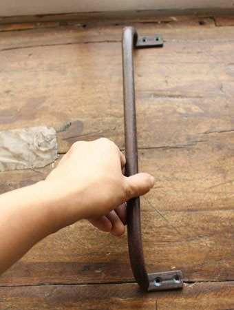素朴な鉄のドアハンドル31cm