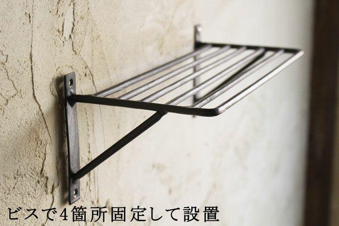 素朴な鉄のウォールシェルフ