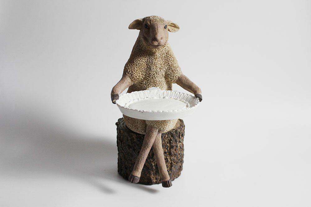 トレーをもった羊のオブジェ