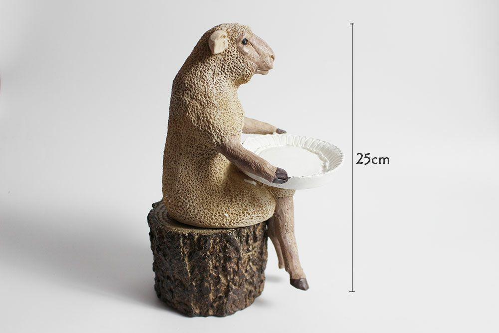 座っている羊のオブジェ