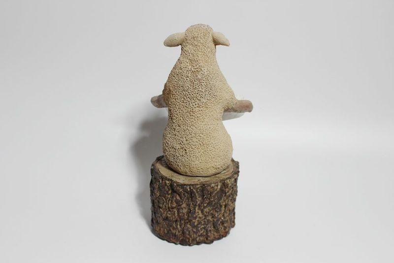 擬人化した羊の置き物