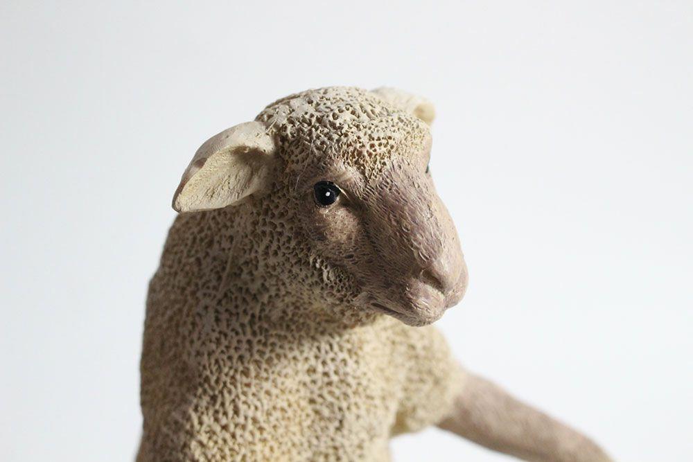 足を組んだ羊のオブジェ