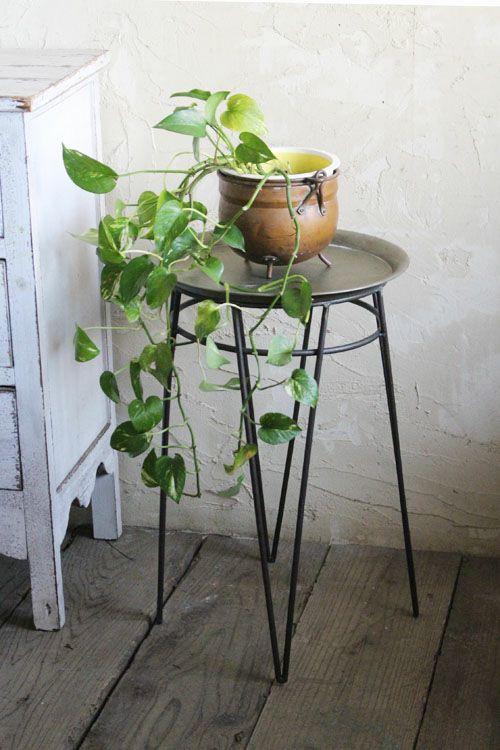 メタリックなサイドテーブル