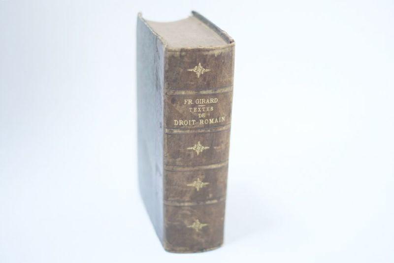 イギリスの革張りのアンティークブック