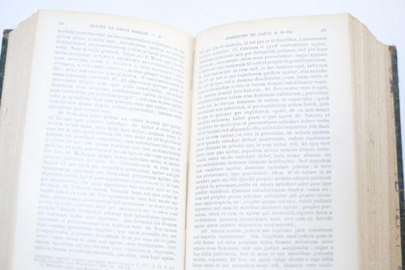 表紙が革製のアンティークブック