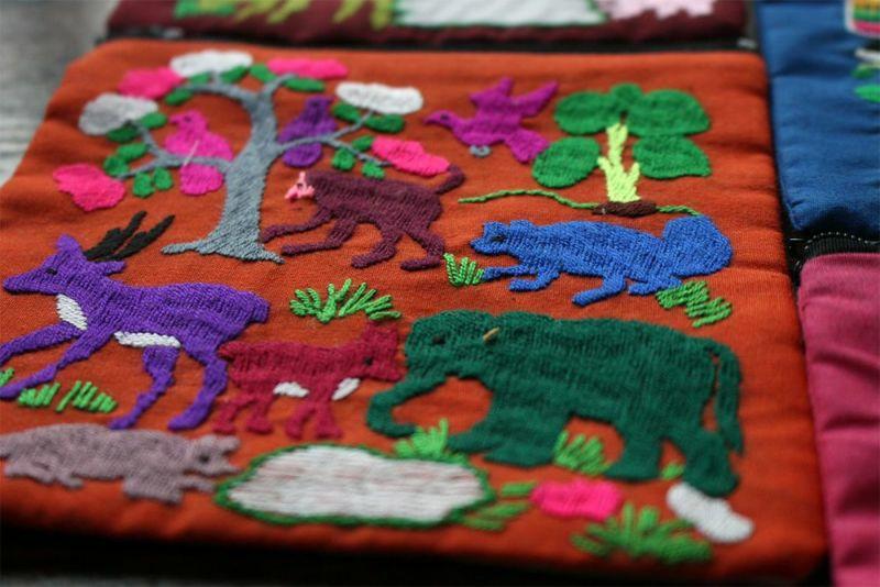 モン族手刺繍ポーチ白