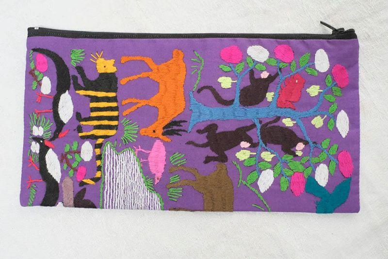 ラオスの自然の表した刺繍