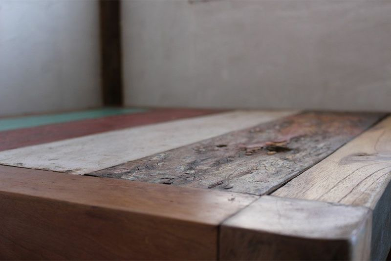 ずっしりと重たいチークのローテーブル