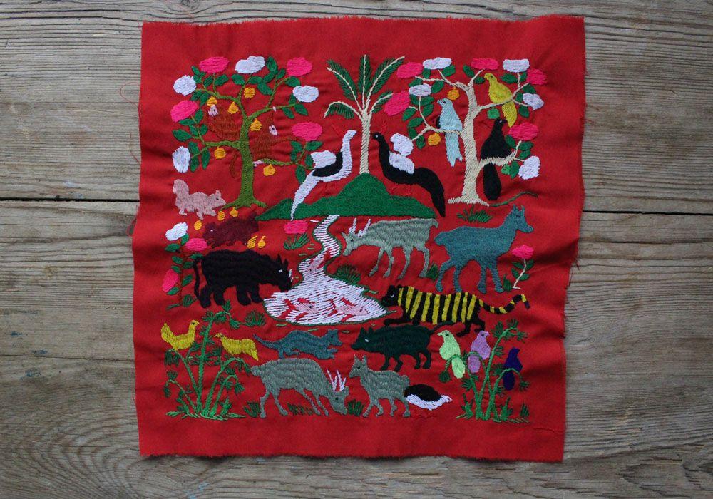 ラオス手刺繍クロス(森の動物・森の暮らし)28×28cm