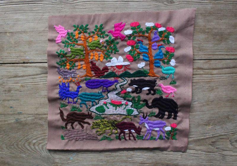 ラオスの動物の手刺繍布
