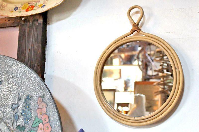 籐でつくられた鏡
