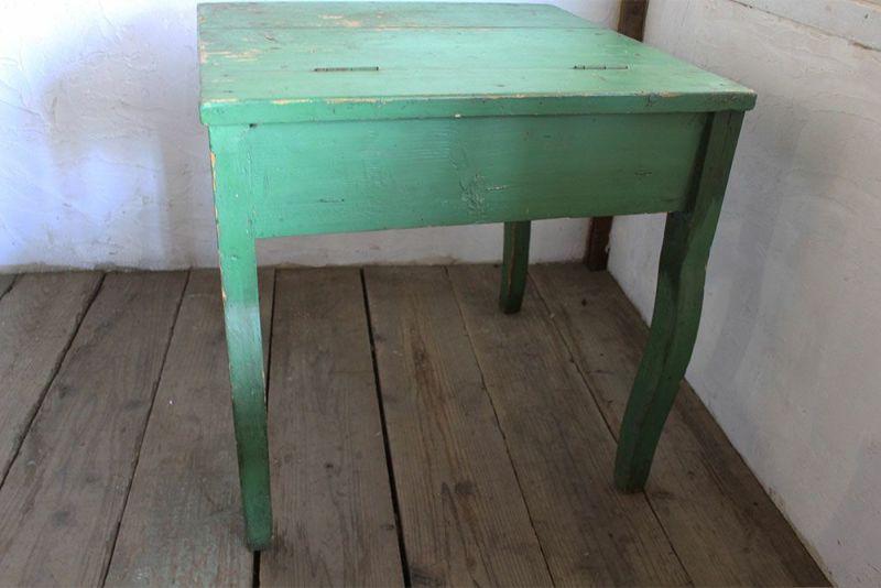 グリーンにペイントされた小さなテーブル