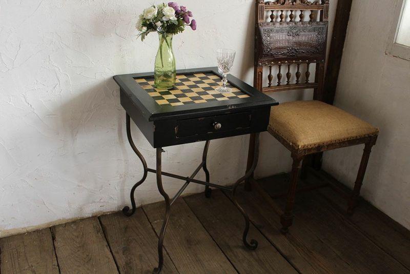 チェスボードにアイアンレッグが付いたテーブル