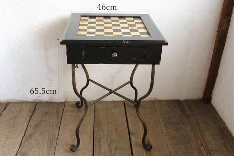 サイドテーブルに使えるチェスボードテーブル