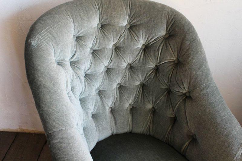 ボタンシートのアンティーク一人掛けソファ