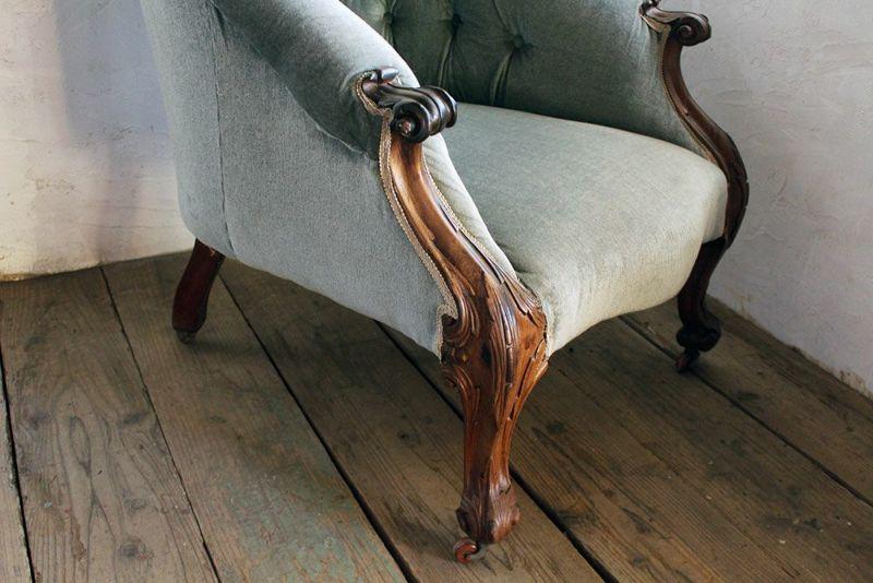 イギリスで買い付けた古い一人掛けのソファ