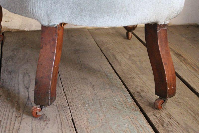 古い一人掛けのソファの後ろ足