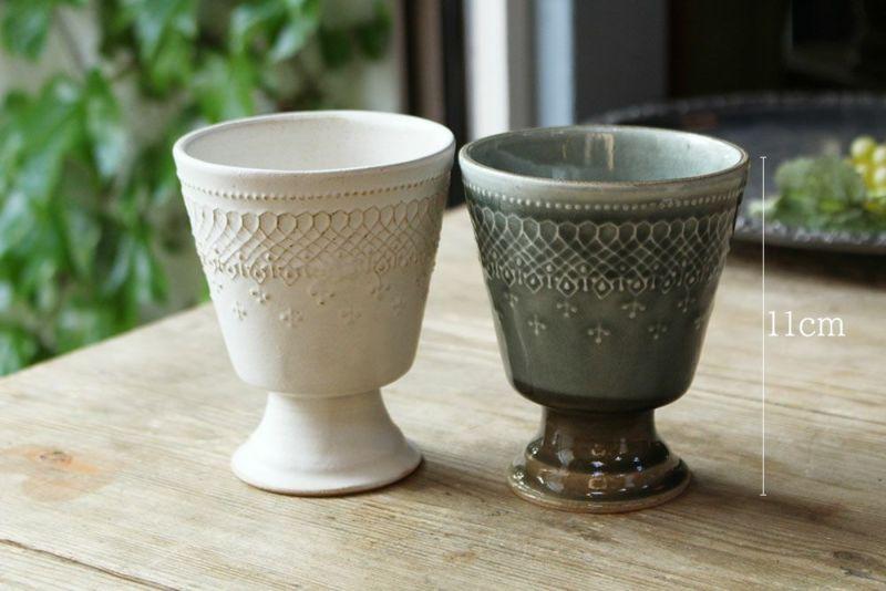 陶器の台座付きコップ