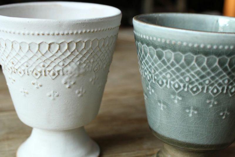 繊細なデザインの陶器のゴブレット