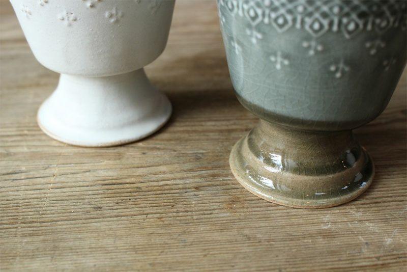 陶器の台座付きカップ