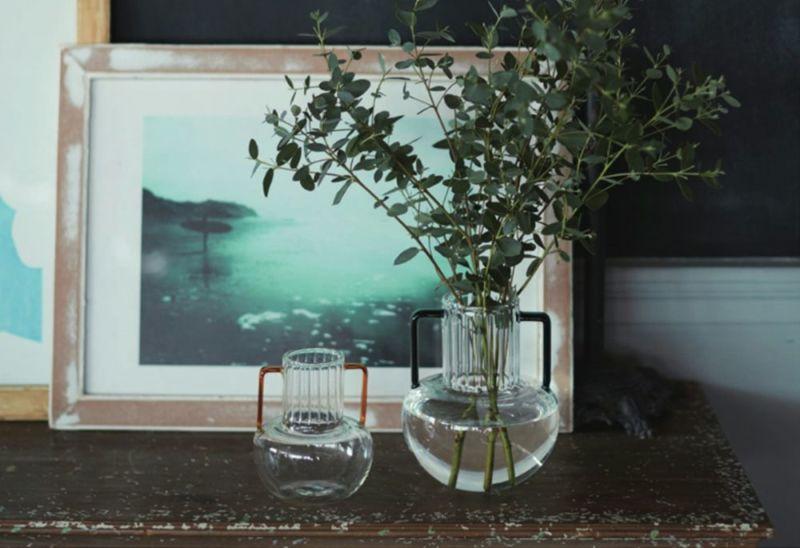 つぼ型のガラスフラワーベース