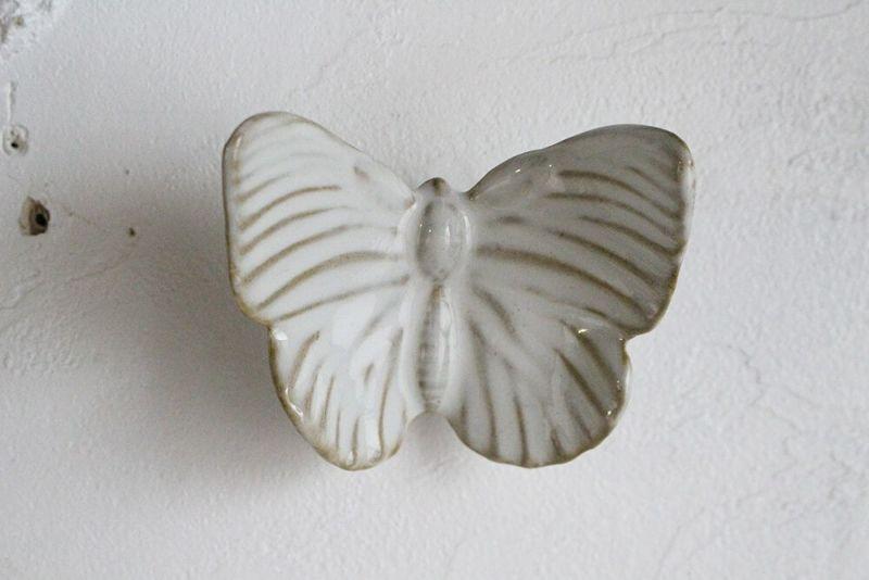 陶器の蝶のオブジェ