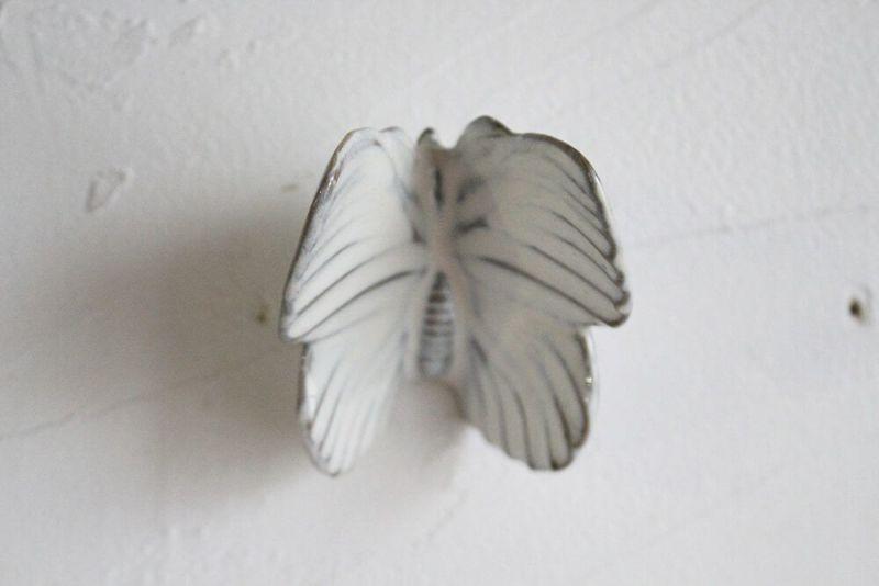 ホワイトベースの蝶々の壁面装飾