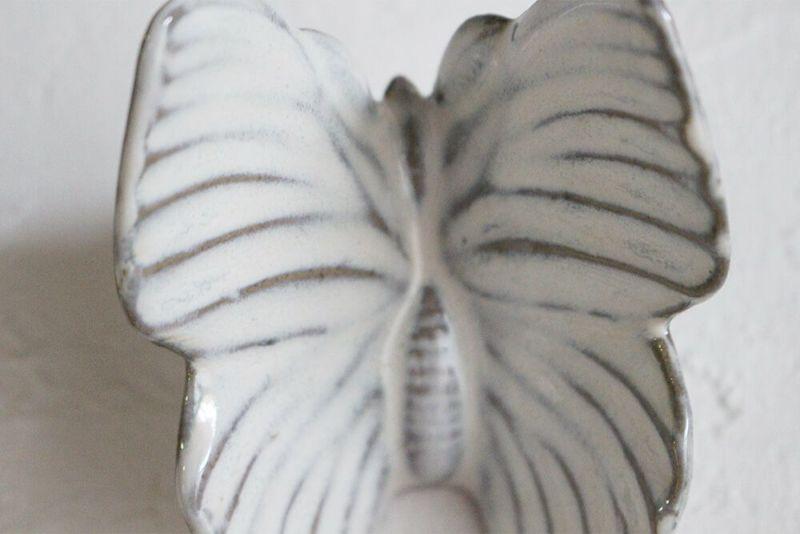 躍動感のある羽根の蝶々オブジェ