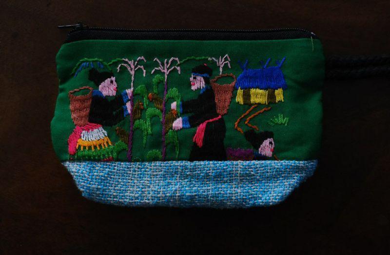 小さなラオスモン族刺繍ポーチ緑裏