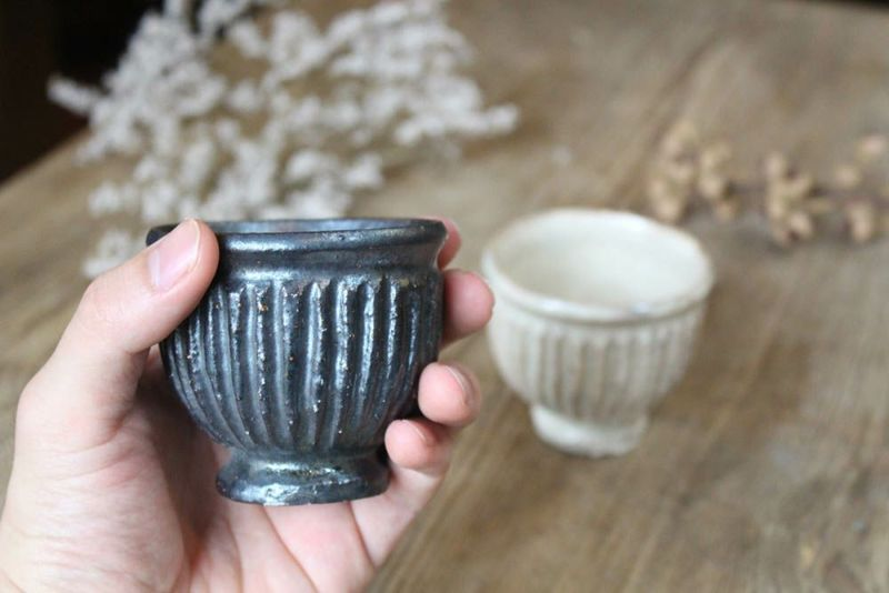 手のひらサイズの陶器のカップ