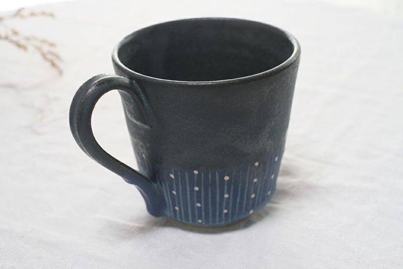 紺色の美しいマグカップ
