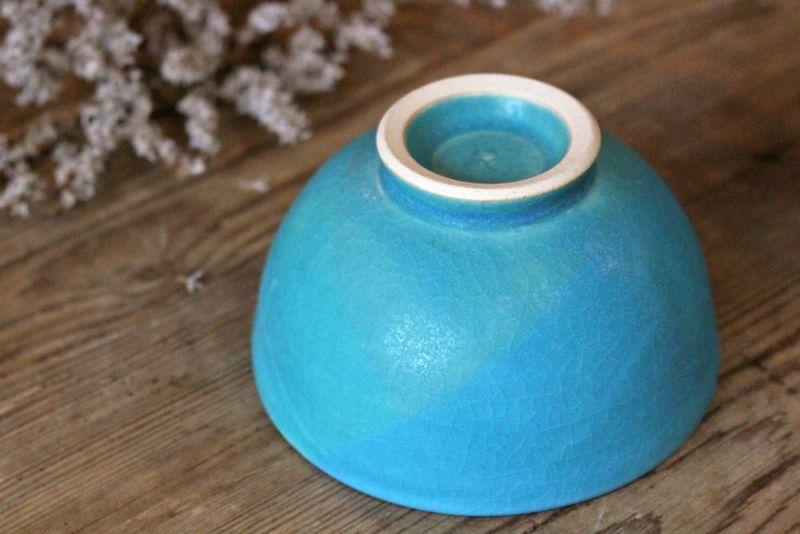 貫入のはいった青色の飯碗
