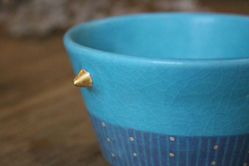 美しいブルーの小鉢