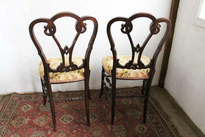 優雅なデザインのアンティークの椅子