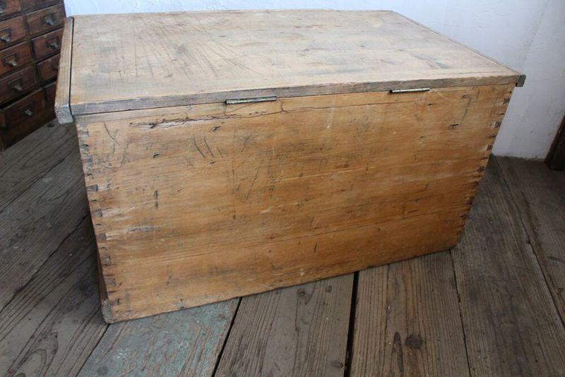 ブランケットボックスの背面