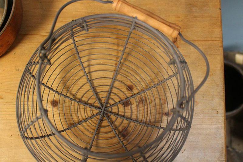 ハンドル付きのワイヤーバスケット