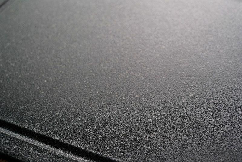 深いグレーのマーブル柄は、傷や汚れが目立ちにくい