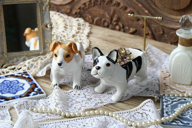陶器でできた犬のオブジェ