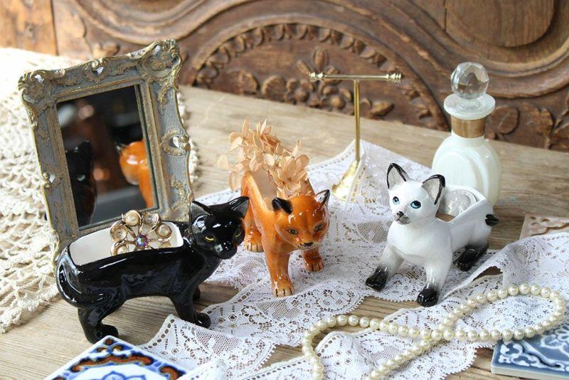 陶器でできた猫のオブジェ