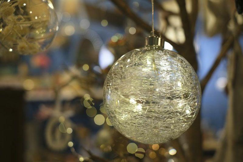 LEDの入ったガラス製のボールオーナメント